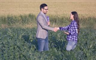 Fazendeira em aperto de mão com empresário
